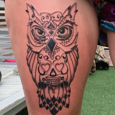 Tattoo hibou sur cuisse