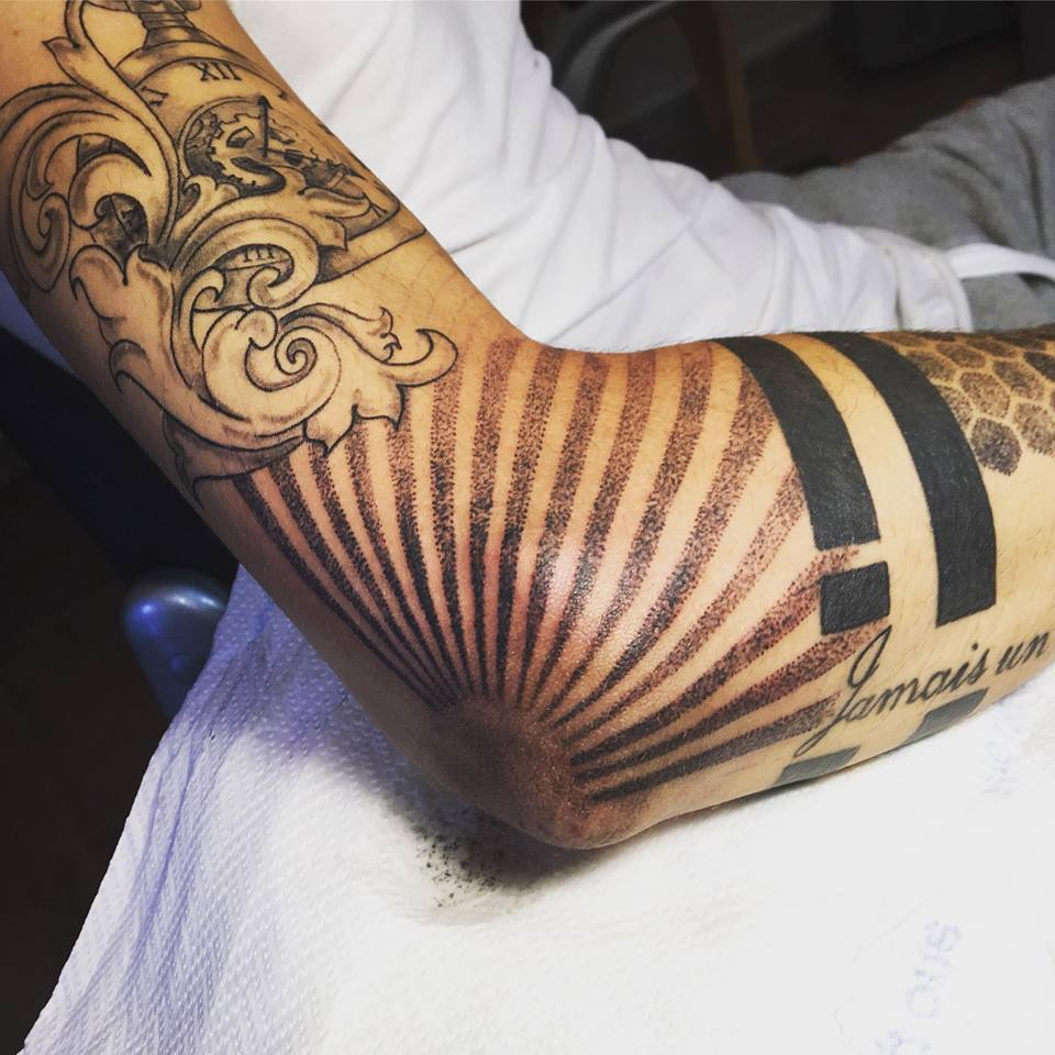 Tattoo Dot Sur Le Coude Lalite Ink